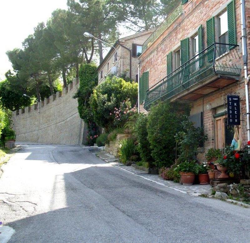 Blick auf das Haus und die Straße