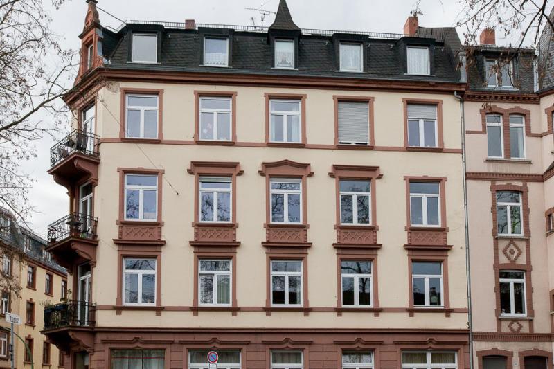 Ostseite des Hauses; die Wohnung liegt rechts im 3. OG, zwei Fenster (kein Balkon)