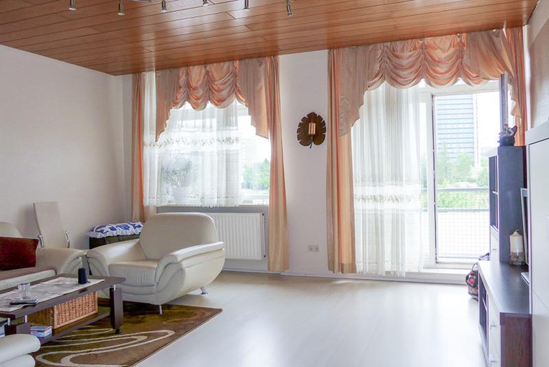 Wohnzimmer mit hohen Fenstern im Fabrikstil