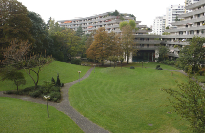 Blick in die Parkanlage des Hauses, im Hintergrund Schwimmbad