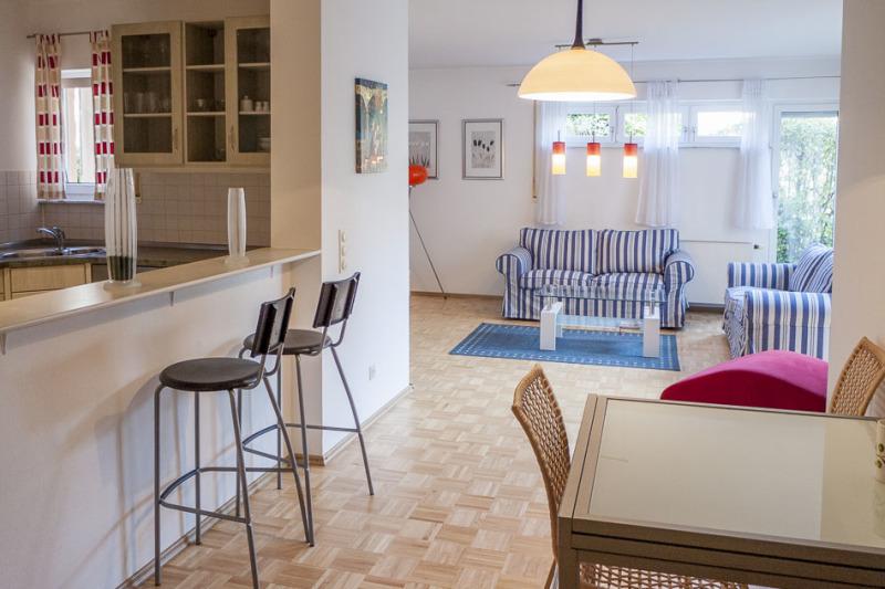 Essbereich, links Küche, hinten Wohnzimmer