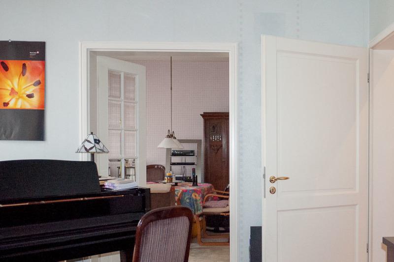 Der Blick vom Wohn- zum Esszimmer, die durch Flügeltüren mit facettierten Glasscheiben verbunden sin