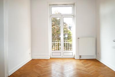 Zimmer zur Straßenseite hin mit Ausgang zum Balkon