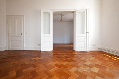 Wohnzimmer mit originalen Flügeltüren zum Esszimmer