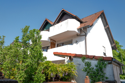 Gebäudeansicht von der Rückseite; die beiden rechten Balkone gehören zur Wohnung